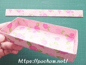 作った仕切り箱に折り紙を貼る