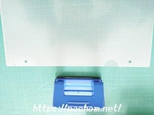 穴あけパンチでクリアファイルに穴をあける