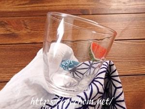 ガラス製コップを手ぬぐいで拭く