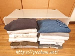 収納ケース内に冬物衣類を詰める
