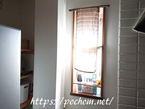 キッチンの窓に掛けたタオル