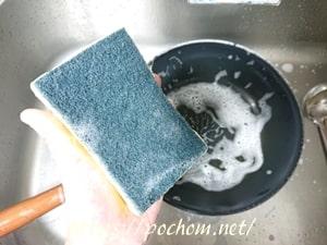 スポンジで鍋を洗う