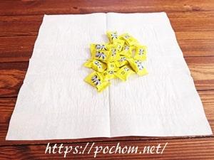 ペーパーの中央にキャンディを置く