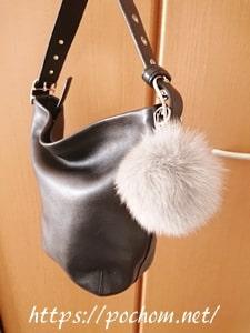 冬用バッグにファーチャームをつける