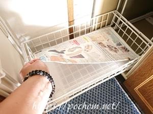 調味料置き場(下段)に新聞紙を敷く