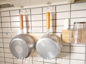壁に掛けた鍋