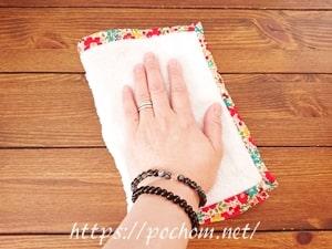 机を雑巾で拭く
